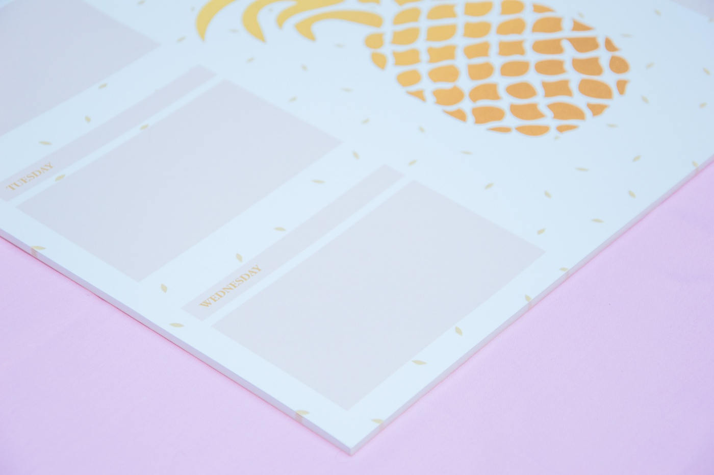 planer ananas tygodniowy na biurko z kartkami