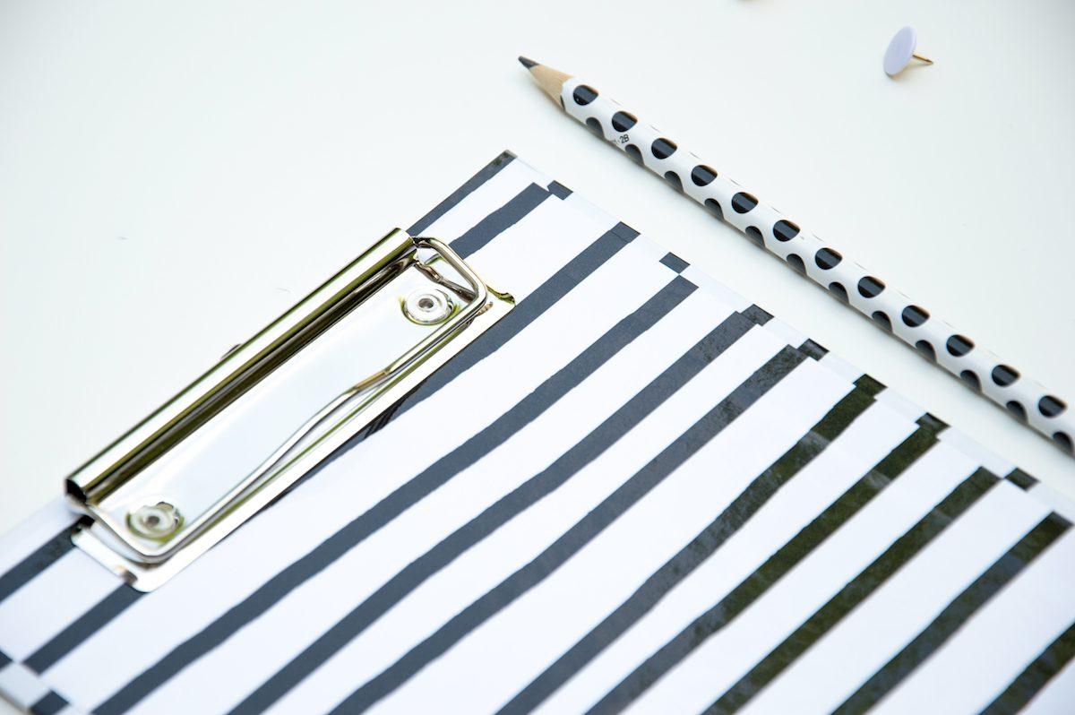 deska podkładka z klipem czarno biała a5