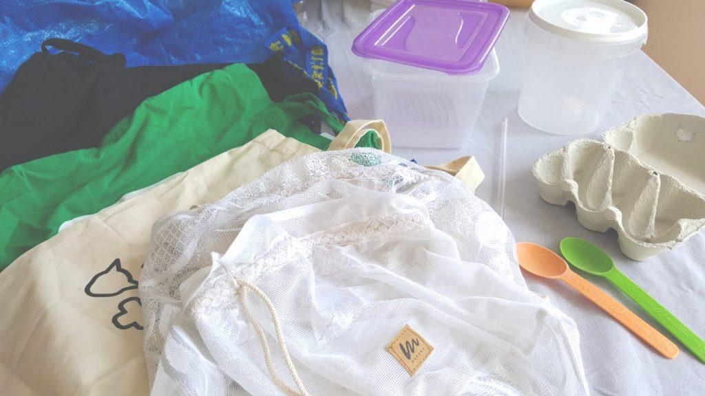 przynies swoje zero waste 1024x576 - 5 prostych sposobów, dzięki którym zaczniesz wyrzucać mniej śmieci
