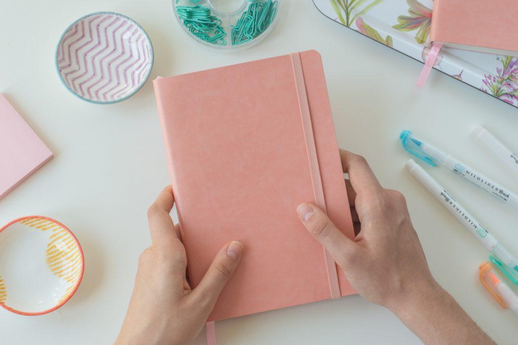coral journal - zeszyt z kartkami w kropki