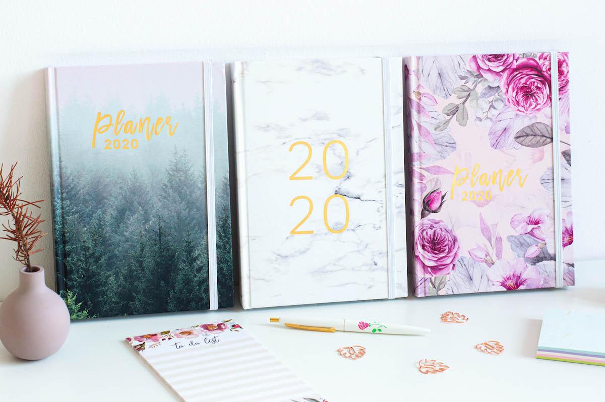 planery 2020 ksiazkowe marmur mglisty las roze 1