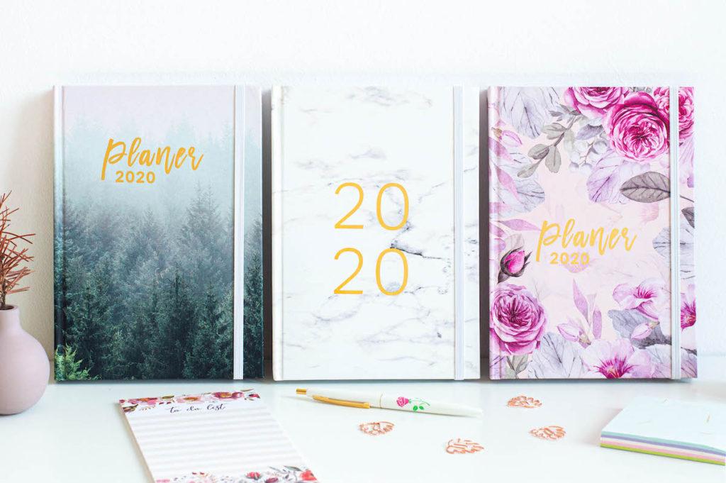 planery 2020 ksiazkowe marmur mglisty las roze 2