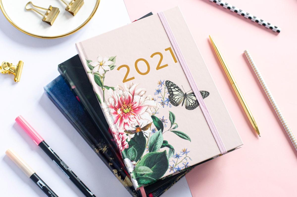 Kompozycja Stos Okładek Planer Książkowy 2021 4