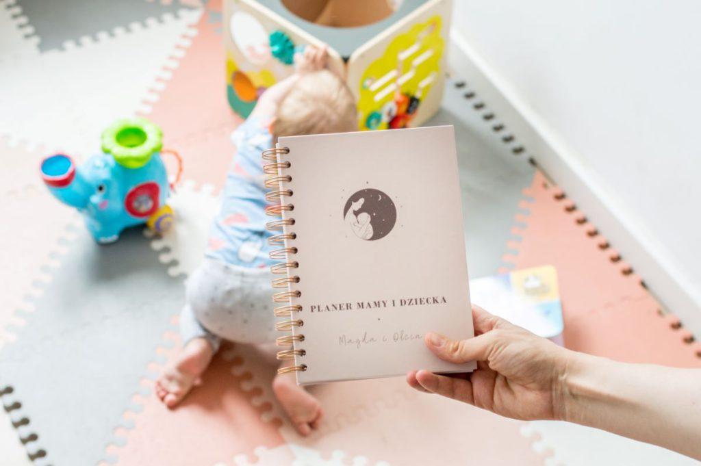 planer mamy i dziecka ola raczkująca w tle