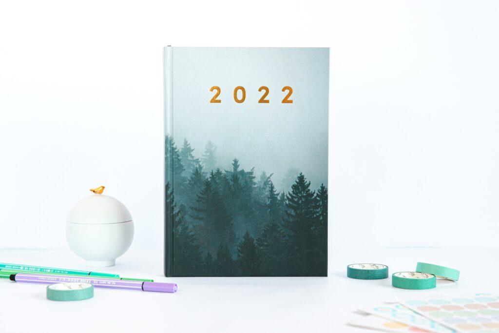 Planer książkowy 2022 dark forest stojacy