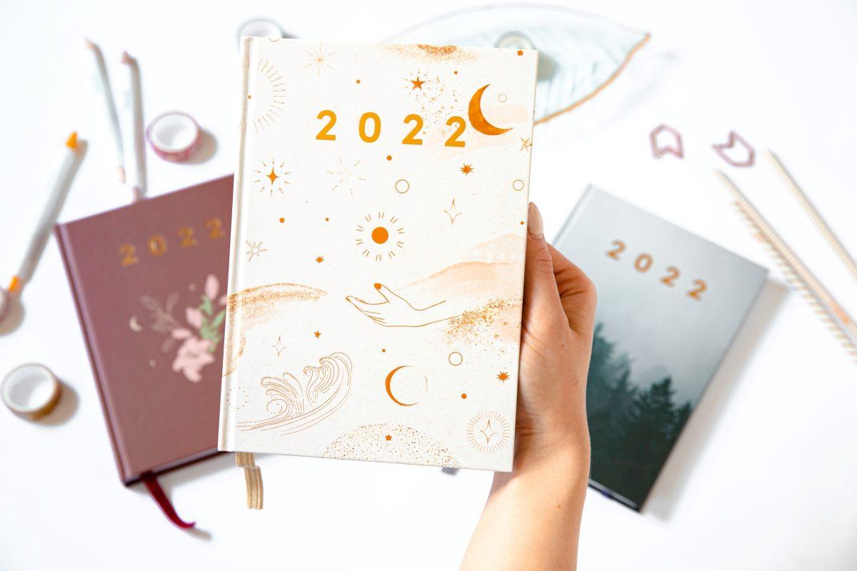Planer książkowy magical minimalism w ręce